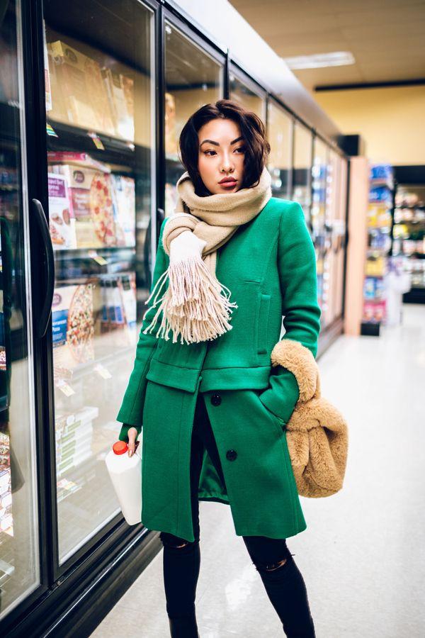 зеленое пальто с бежевым шарфом