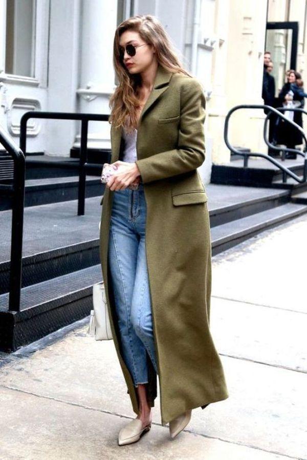 длинное пальто хаки с джинсами