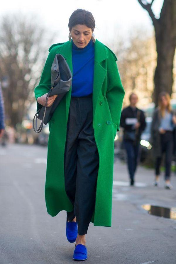 синий джемпер и кроссовки дополнят образ с черными брюками и пальто.