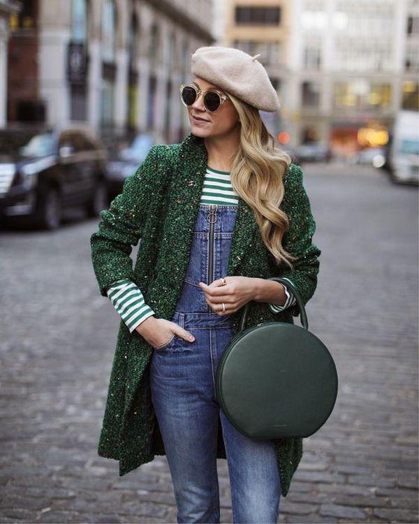 лук с пальто, джинсовым комбинезоном, бежевым беретом