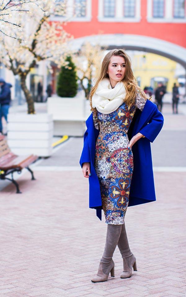 синее пальто с принтованным платьем и серыми сапогами из замши