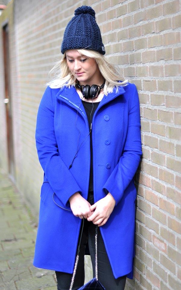 синее пальто с шапкой