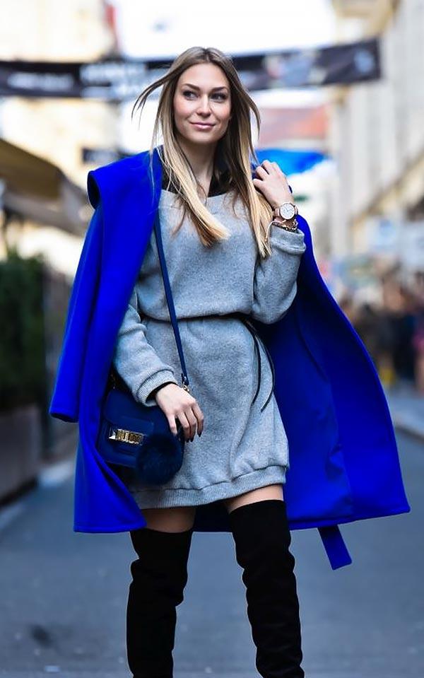 ультрамариновое пальто с серым вязаным платьем и сумочкой