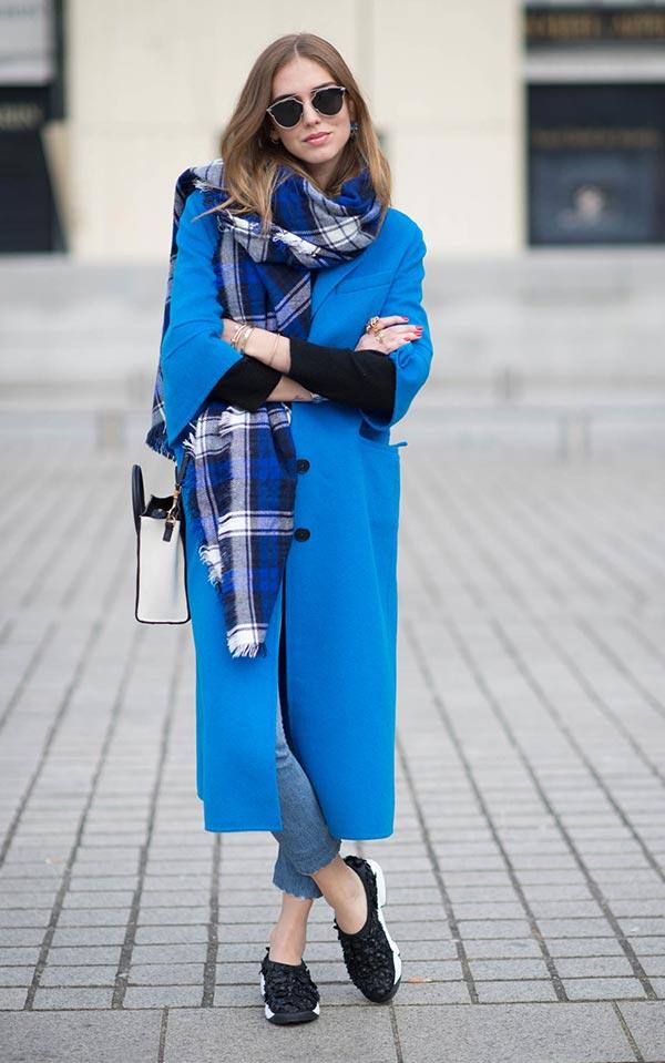 синее пальто с клетчатым шарфом и черными кроссовками