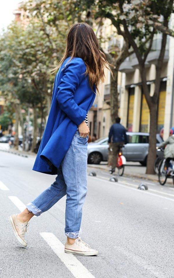 синее пальто с белыми кедами