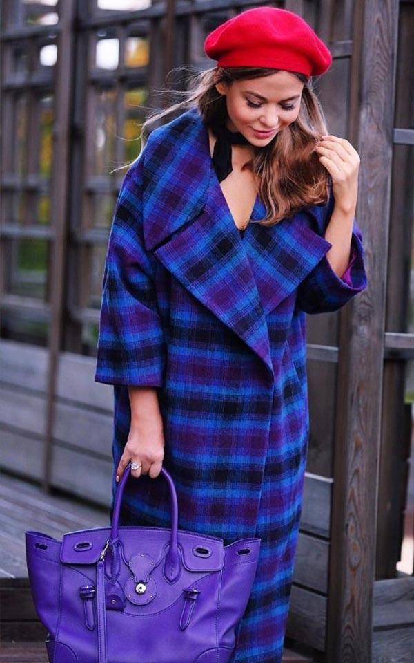 образ с красным беретом, клетчатым пальто и фиолетовой сумкой