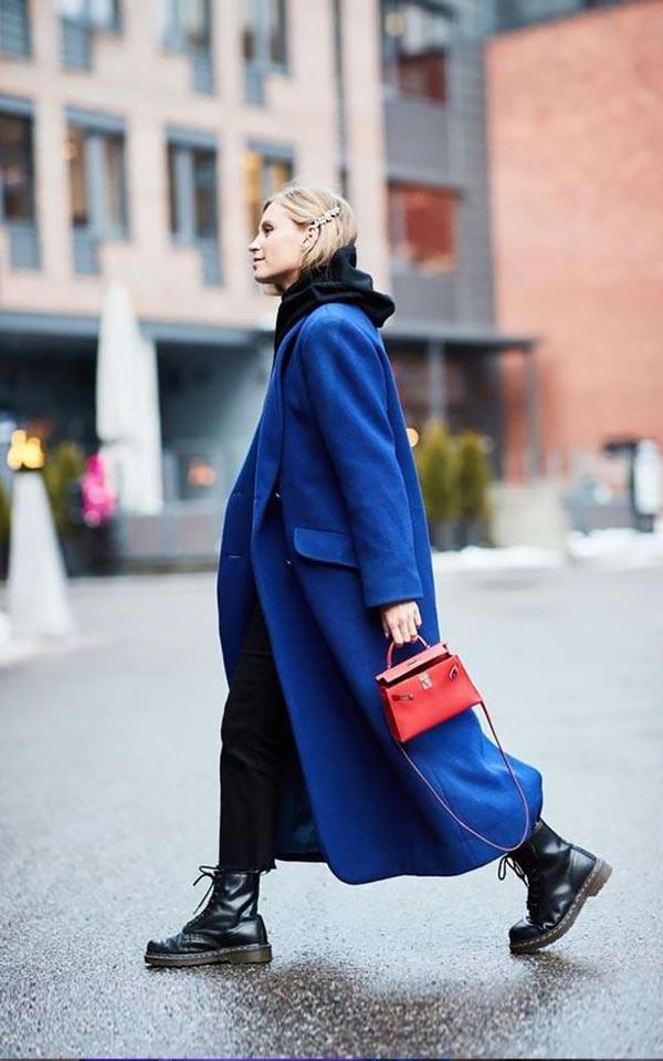 лук с длинным синим пальто и ботинками