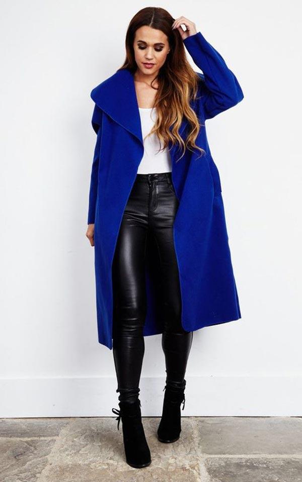синее пальто с кожаными брюками и ботильнами в тон