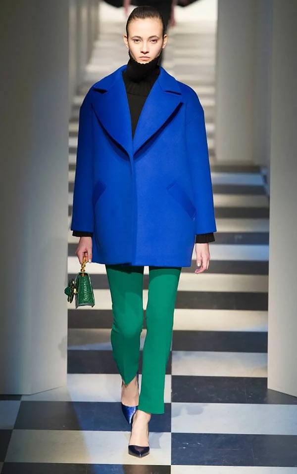 с зелеными брюками