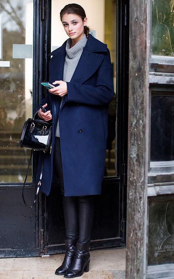 темно-синее пальто с кожаными брюками