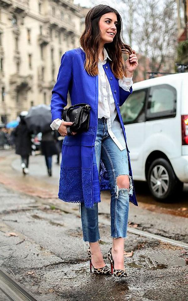 синее пальто с джинсами и белой рубашкой
