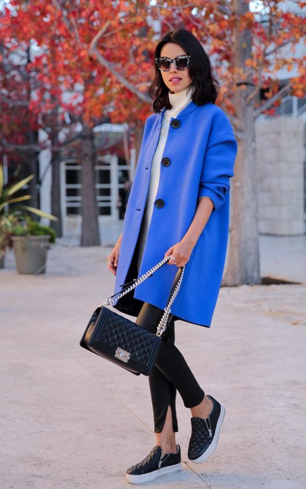 васильковое пальто с кожаными слипонами