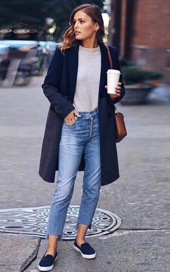 темно-синее пальто с джинсами