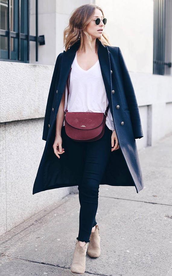 аутфит с теано-синим пальто, джинсами и ботильонами