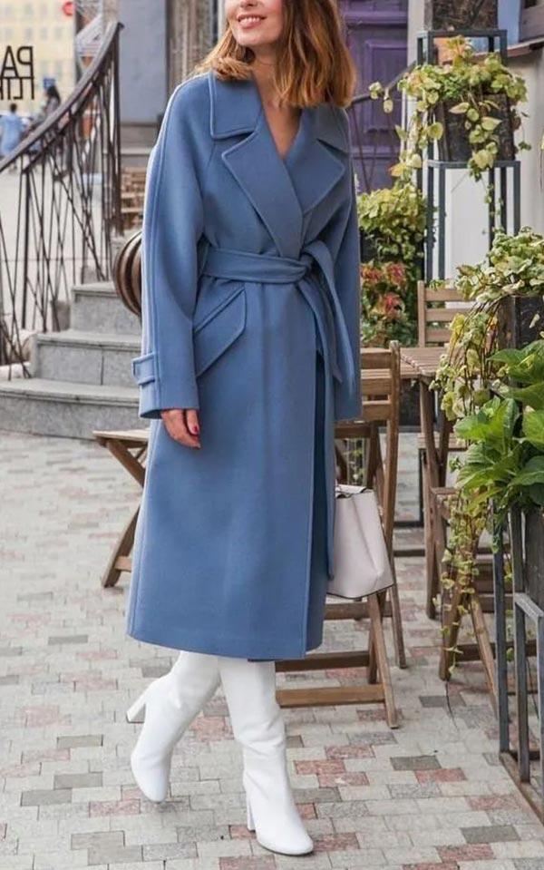 серо-синеее пальто с поясом и высокими сапогами