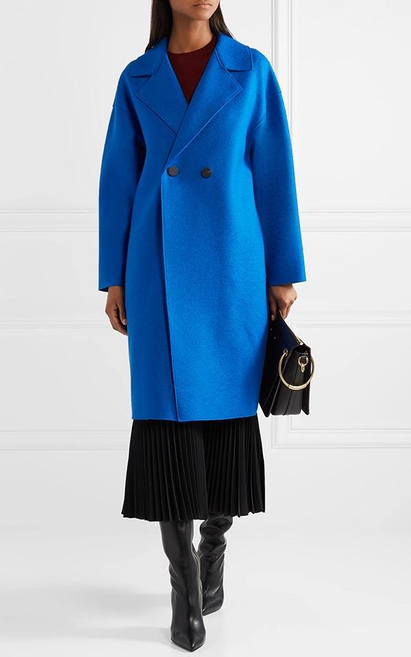 яркое синее пальто с длинной юбкой, сапогами и сумкой