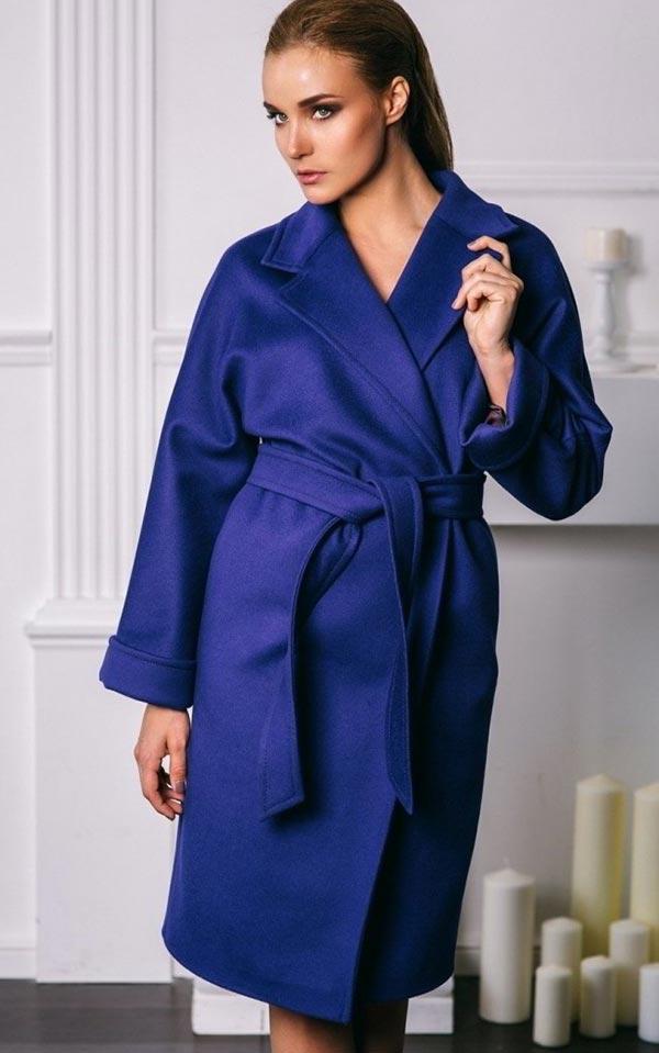 фасон пальто-халат в синем оттенке