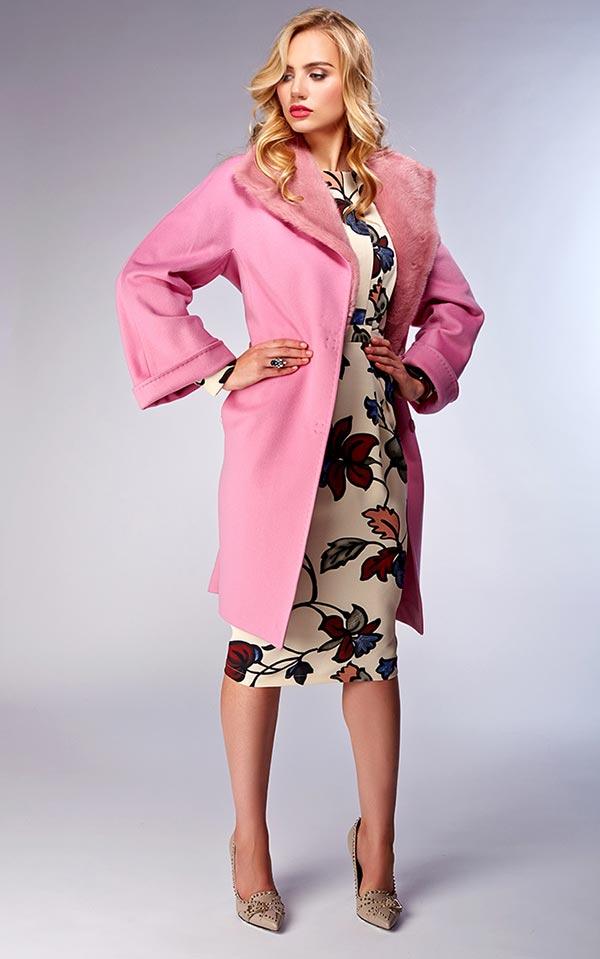 модель в розовом цвете с воротником