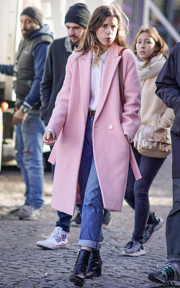 розовое пальто с укороченными джинсами и ботинками