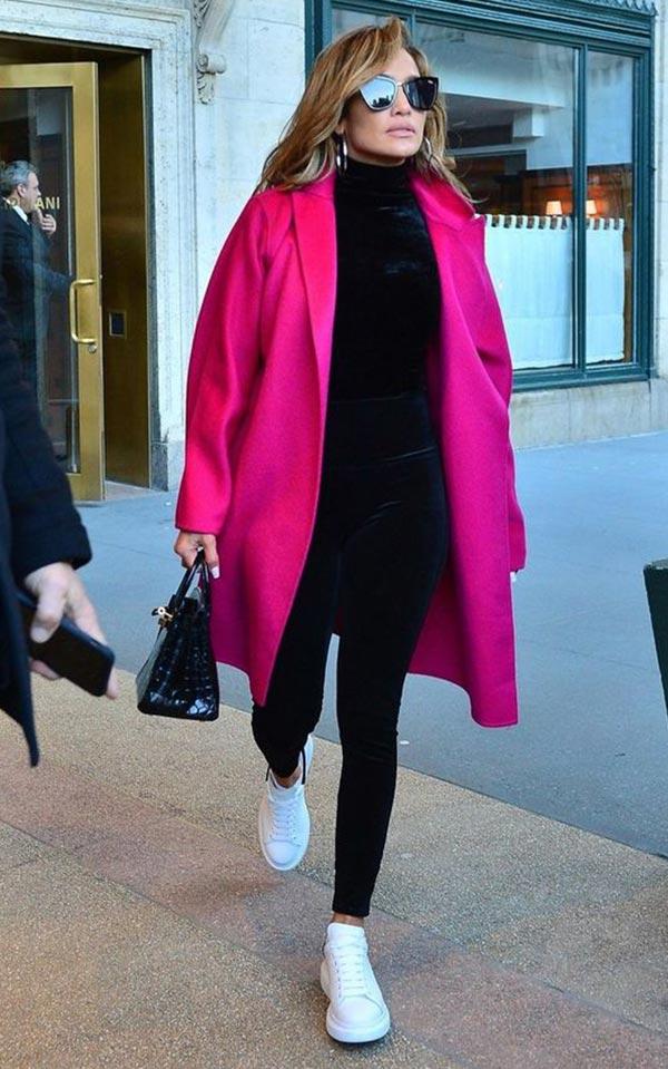 фуксия пальто с черными брюками, водолазкой и белыми кедами