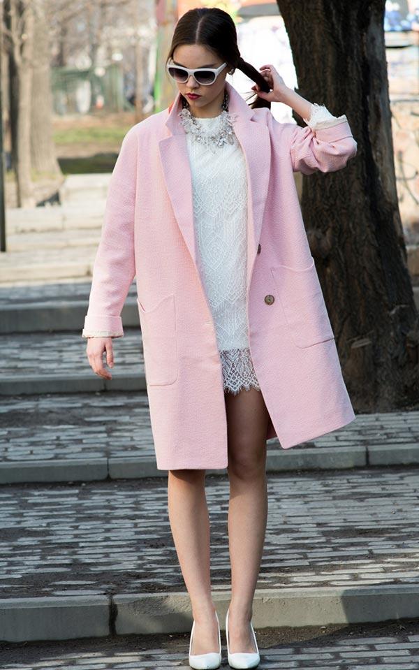 образ со светло-розовым пальто с белым кружевным платьем