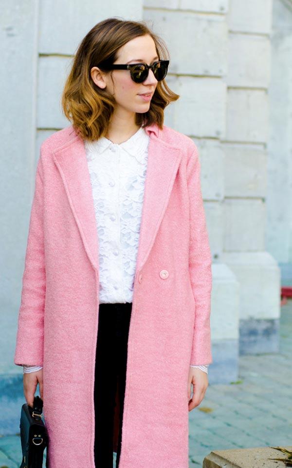 розовое пальто с белой блузкой и черной юбкой