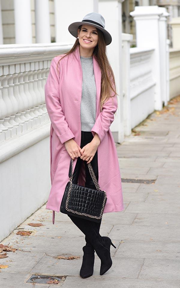 комплект с розовым пальто, серой шляпой, черными брюками и ботильонами и серым джемпером
