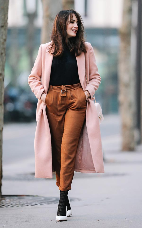 лук с коричневыми брюками, черной водолазкой и розовым пальто
