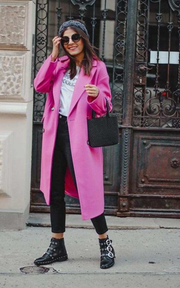 ярко-розовое пальто с ботинками и черными брюками
