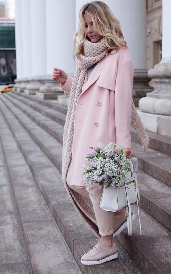 образ для свидания со светлым пальто, брюками и ботинками