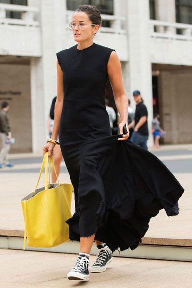 длинное летнее платье с желтой сумкой и чернми кедами