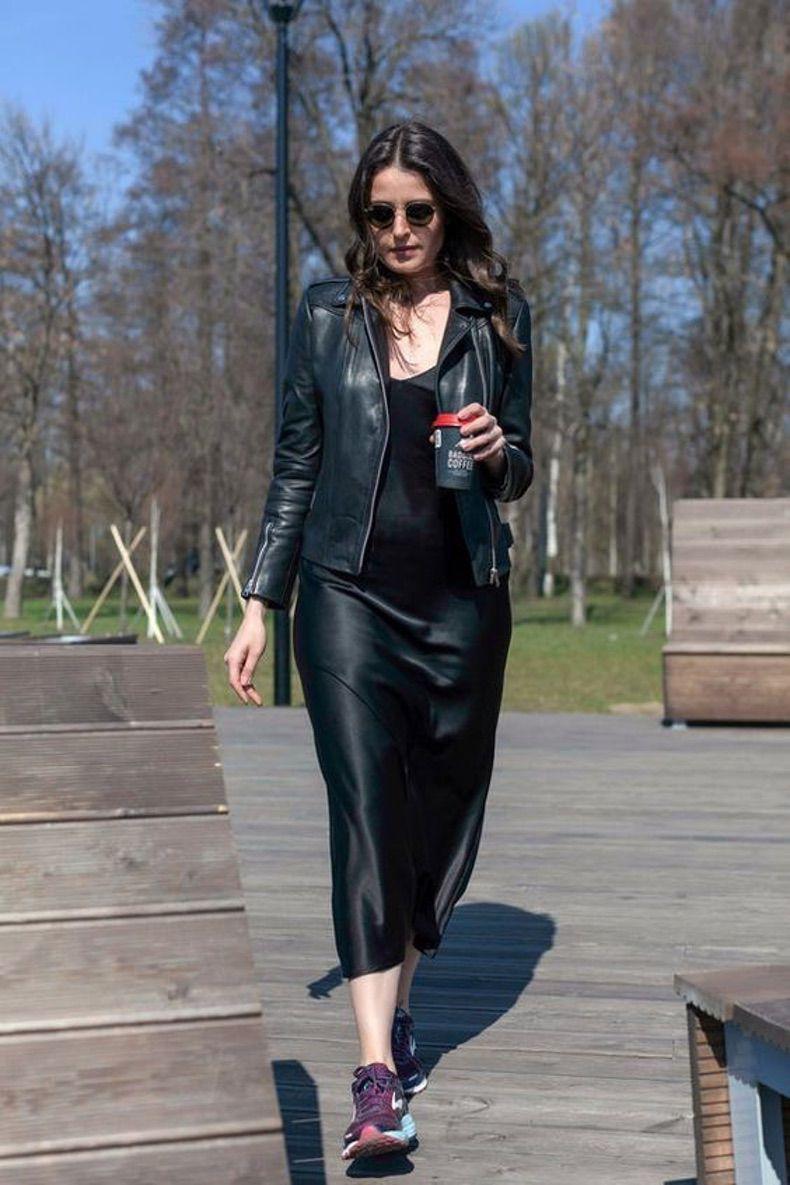 атласное платьице, кожаная куртка и черные кроссовки