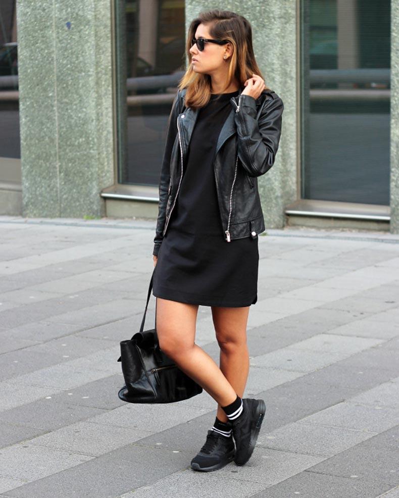 черное короткое платье с черными кроссовками и кожаной курткой