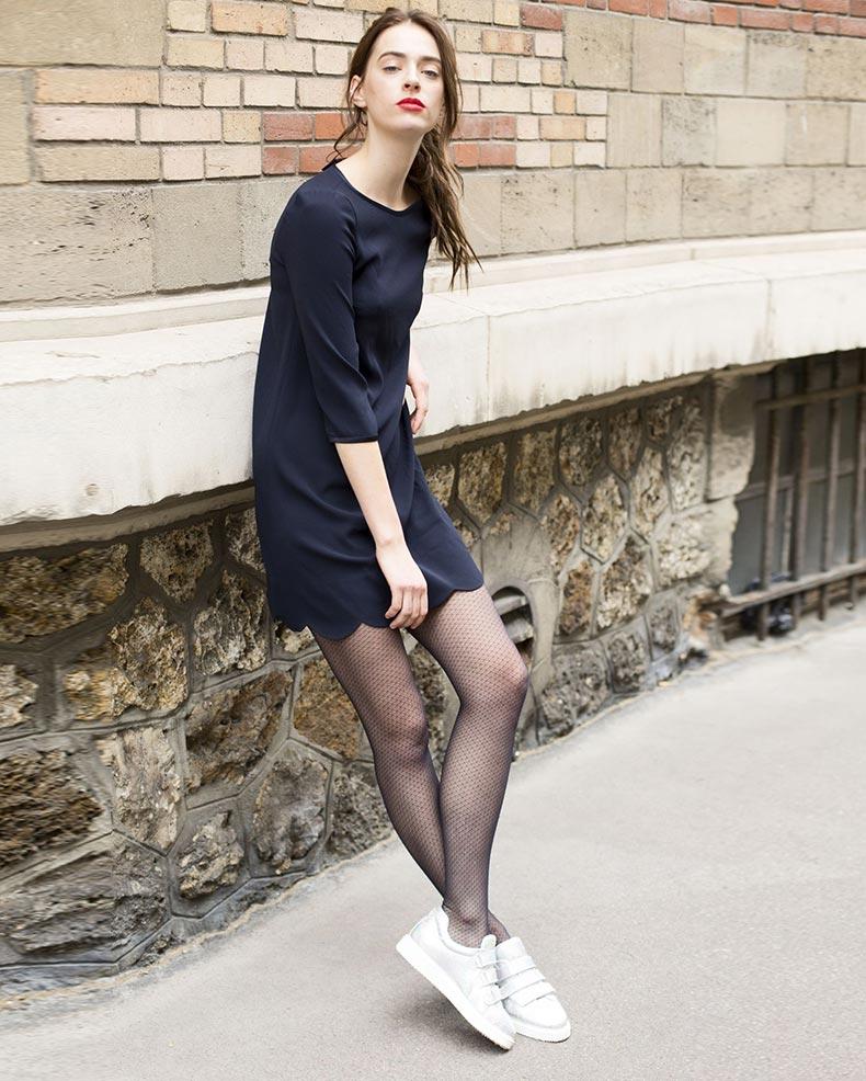 кроссовки с платьем и колготками