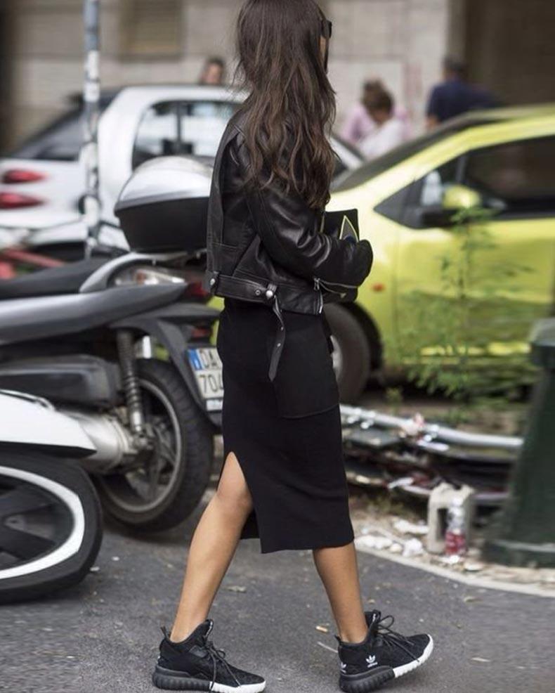 лук с черными кроссовками