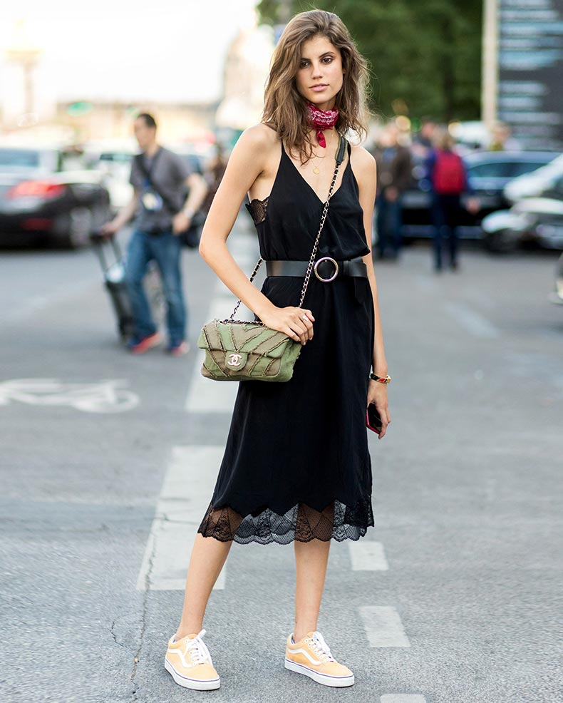 кружевное платье с поясом и бежевыми кедами