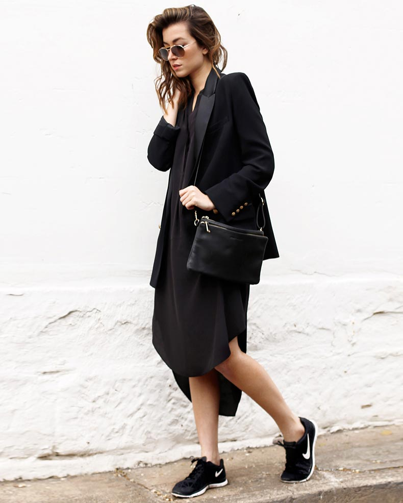 платье с жакетом и кроссовками