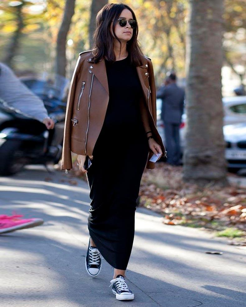 длинное темное платье с коричневой кожаной курткой
