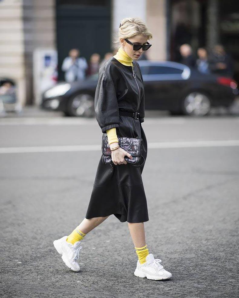 желтые цветовые акценты с черным платьем