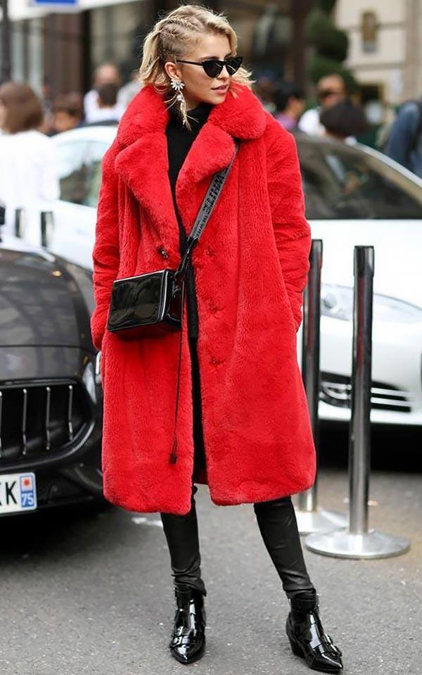 алое меховое пальто
