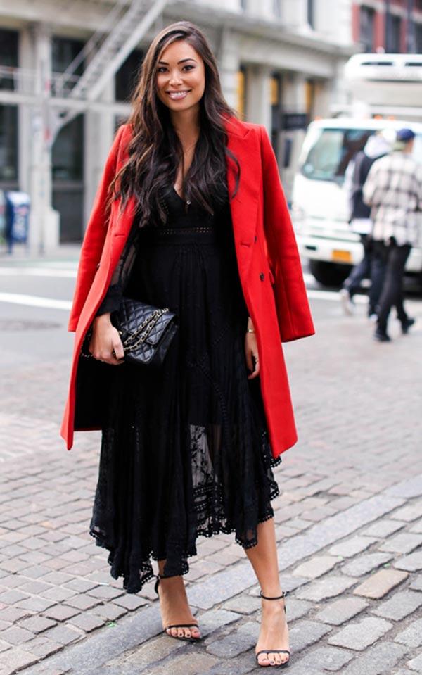 алое пальто с черным вечерним платьем, босоножками и клатчем