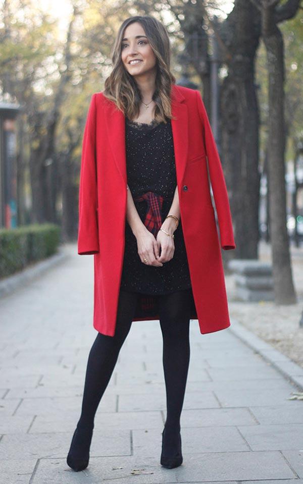 с черным платьем, плотными колготками и туфлями
