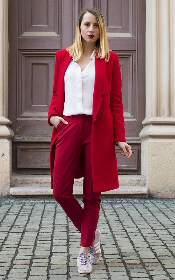 офисный лук с брюками, кроссовками и блузкой