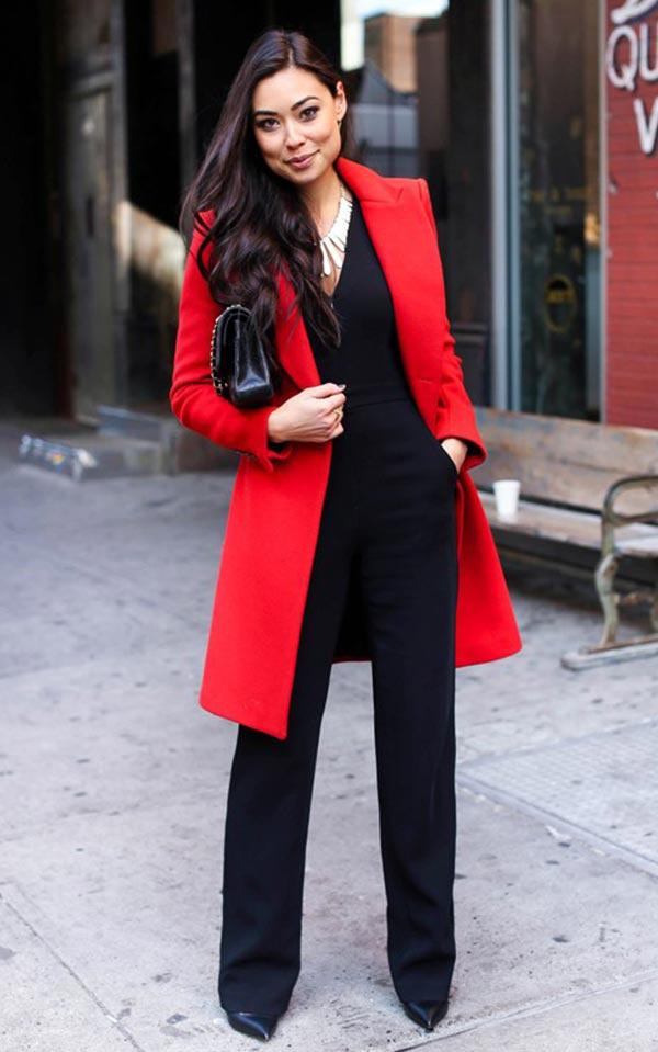 красное пальто с черным комбинезоном и сумкой