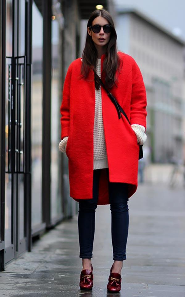 комплект с красным пальто и лоферами