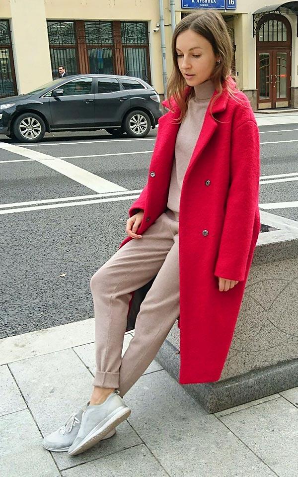 малиновое шерстяное пальто с бежевыми брюками и кедами