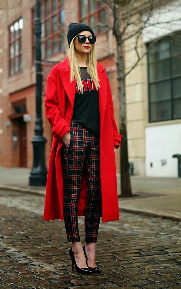 аутфит с красным пальто, клетчатыми брюками, кофтой и шапкой
