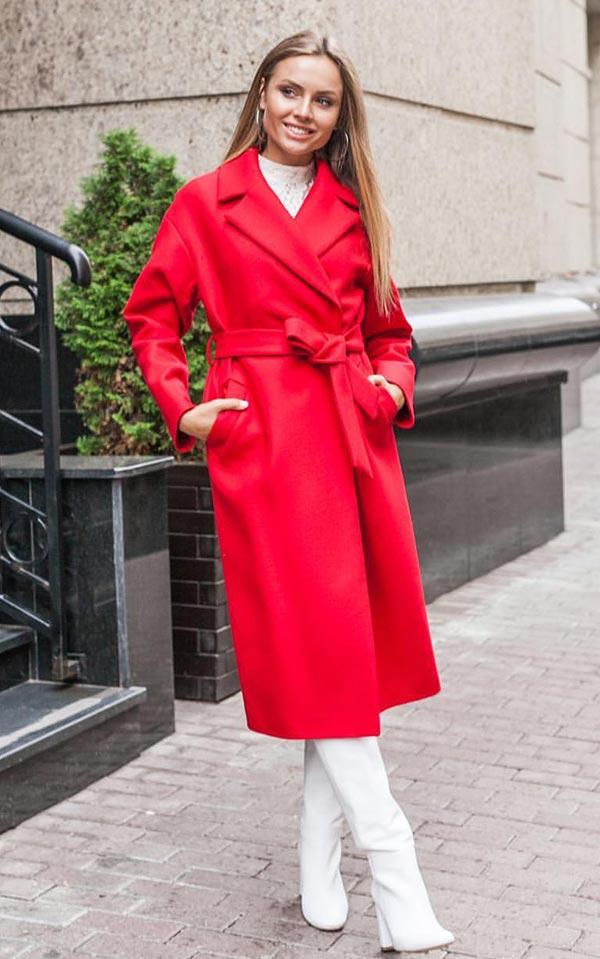 красное пальто с белыми высокими сапогами