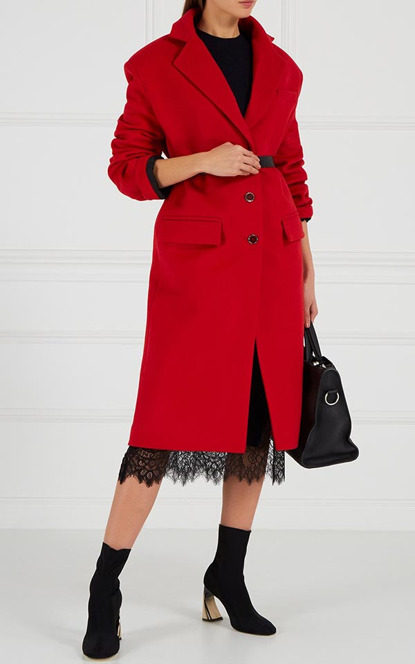 образ с красным пальто и кружевной юбкой