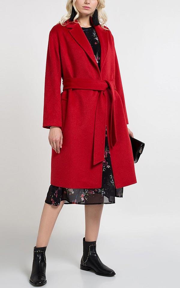 лук с платьем и пальто винного оттенка